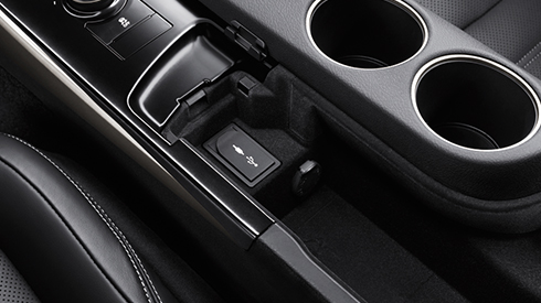 IS_Features USB Ports/Mini-Jack | Lexus Bahrain